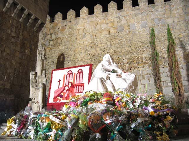 Virágos Teréz-szobor (Avila)